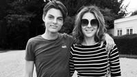 Liz pun kerap mengunggah momen dirinya bersama Damian yang sejak masih kecil. Dok. Instagram/elizabethhurley1