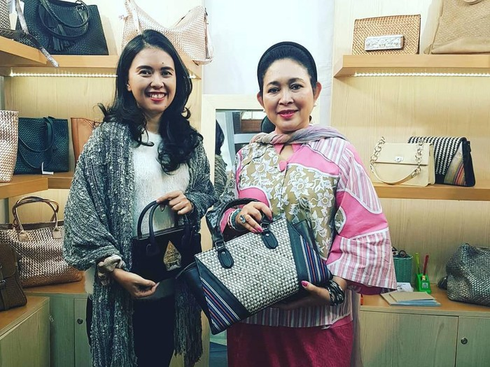 Syanaz Nadya Winanto Putri (kiri) pemilik brand tas Roro Kenes. Foto: Dok. Roro Kenes