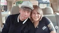 Roy Kiyoshi dan Evelyn Anjani kompak memasang foto kemesraan dan caption yang sama di instagram mereka.Dok. Instagram/evelynnadaanjani