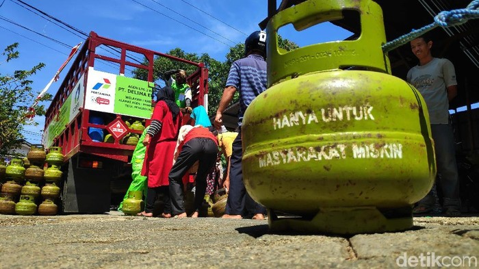 Operasi pasar elpiji 3 kilogram digelar di Maros, Sulawesi Selatan. Warga pun rela berdesakan demi mendapatkan elpiji yang sejak satu bulan, langka di pasaran.