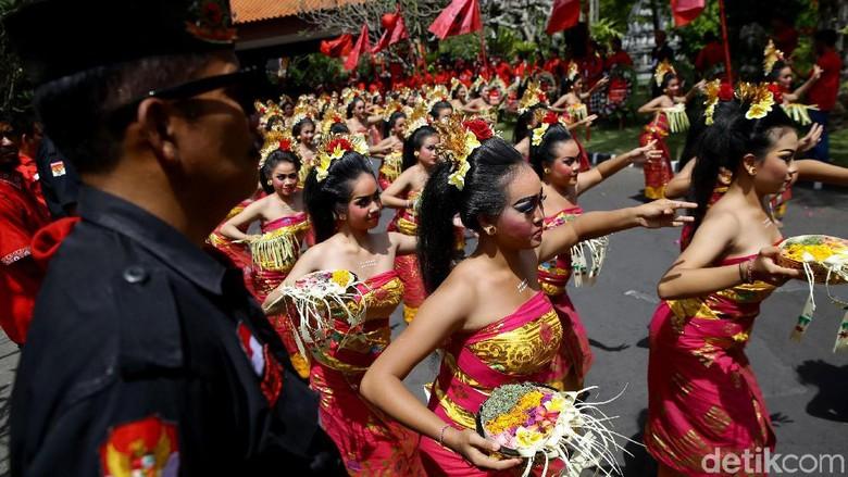 Kesenian khas Pulau Dewata Bali turut meriahkan Kongres V PDIP. Hal itu terlihat dari penampilan ratusan penari yang bersiap sambut tamu yang hadir di acara itu.