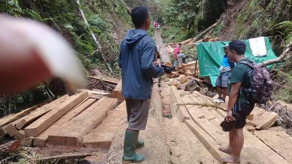 Ternyata pohon-pohon itu bukan tumbang alami, melainkan dipotong pembalak liar. Tim ekspedisi nyaris celaka saat bertemu para pembabat hutan. (dok. Istimewa)