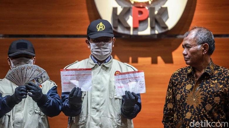 KPK Tunjukkan Barbuk OTT Anggota DPR Nyoman Dhamantra