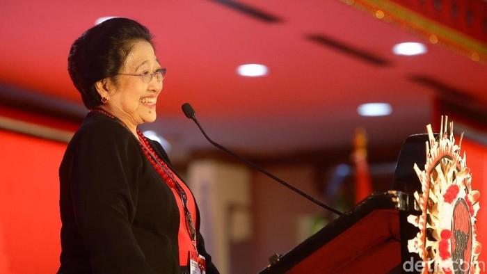 Ketum PDIP Megawati Soekarnoputri menyampaikan pidato politik dalam pembukaan Kongres V PDIP. Saat naik ke panggung, Mega didampingi sang putra, Prananda Prabowo.