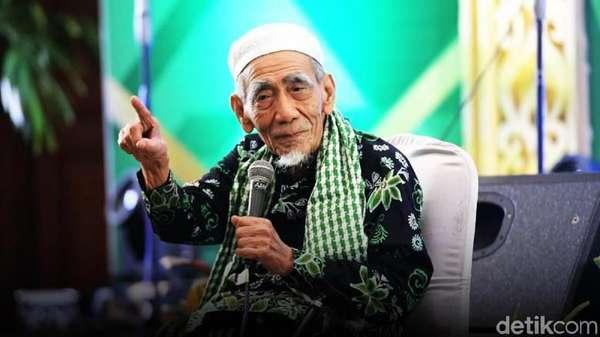Momen Almarhum Mbah Moen Saat Makan Nasi Kebuli di Mekkah