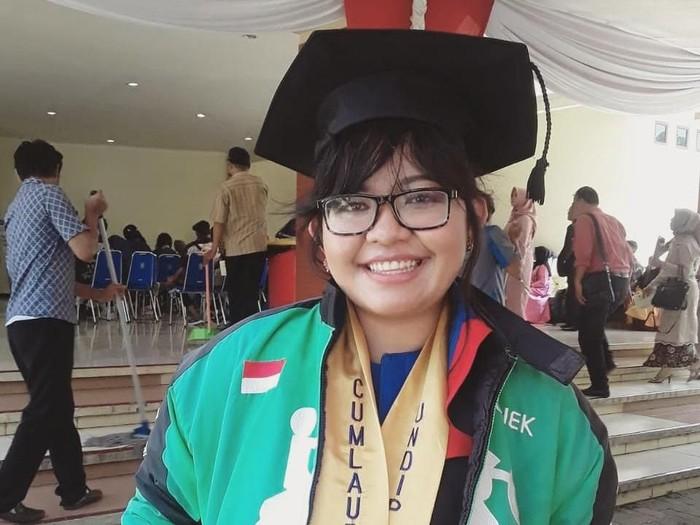Leony, driver ojol yang viral karena lulus cum laude dari Universitas Diponegoro. Foto: dok. pribadi Leony Panjaitan