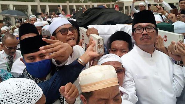 Dubes Indonesia untuk Arab Saudi Agus Maftuh Abegebriel saat Menggotong Keranda Jenazah Mbah Moen
