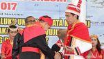 13 Foto Penampilan Jokowi saat Kenakan Baju Adat Berbagai Daerah