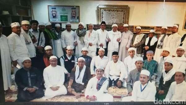 Putra Mbah Moen Silaturahmi ke Kediaman Habib Rizieq di Mekah