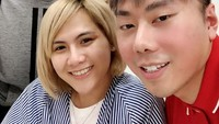 Setelahnya, saat Evelyn sakit, Roy Kiyoshi menjenguknya di rumah sakit. Dok. Instagram/evelynnadaanjani