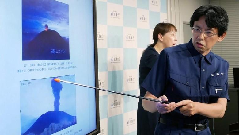 Gunung Berapi Dekat Tokyo Erupsi, Muntahkan Abu Sejauh 2 Km