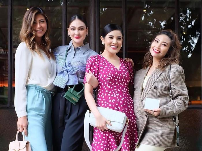 Gaya Luna Maya memakai tas Jacquemus. Foto: Instagram Ayu Dewi