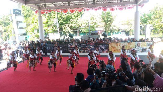 Gala Premier 'Bumi Manusia' dan 'Perburuan' Dipadati Warga Surabaya