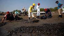 PertaminaTerus Bersihkan Sisa Tumpahan Minyak di Pesisir Karawang