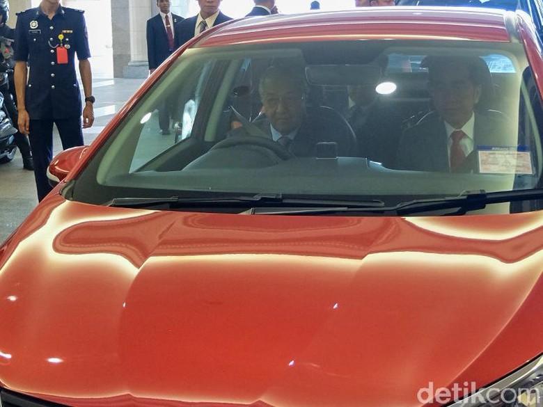 Jokowi saat disopiri Mahathir di Malaysia. Foto: Jokowi dan Mahathir (Andhika Prasetia/detikcom)