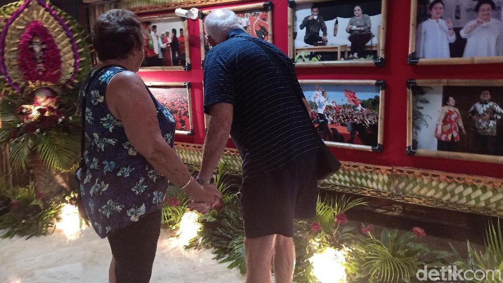 Turis Aussie pun Kepincut Foto Mega-Jokowi di Kongres PDIP