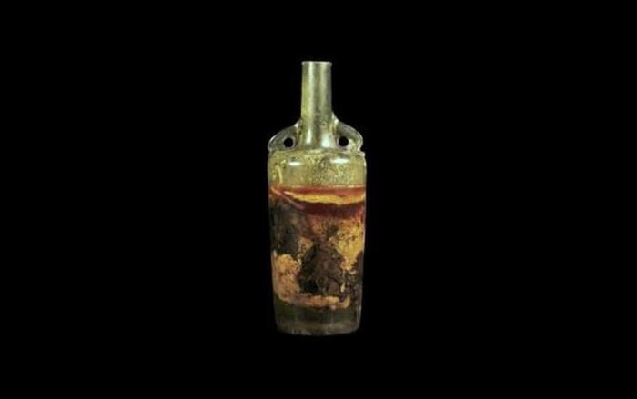 Ditemukan di salah satu makam kuno Roma, wine ini berusia 1600 tahun dan masih dalam kondisi botol yang baik. Meski kandungan alkoholnya sudah hilang, tapi tekstur cairannya tetap terlihat. Foto: Istimewa