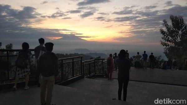 Punthuk Setumbu Borobudur, Kabupaten Magelang, menjadi destinasi wisata berburu matahari terbit atau sunrise. Turis domestik maupun mancanegara ramai berkunjung. (Eko Susanto/detikcom)