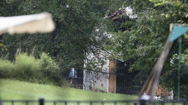 Puing-puing pesawat ringan yang jatuh ke halaman belakang rumah warga di Philadelphia AS