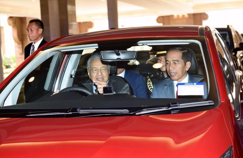 Momen Presiden Joko Widodo (Jokowi) saat disopiri PM Mahathir Mohamad. Foto: BPMI Setpres/Muchlis Jr