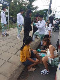 Berdedikasi, Perawat Tunda Kondangan Demi Tolong Korban Kecelakaan Ini Viral
