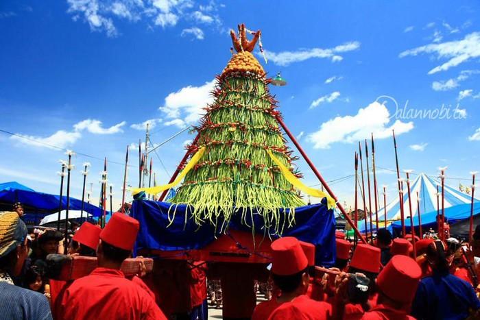 Dikenal dengan nama Grebeg Jogja, tradisi ini diwarnai dengan makanan yang dibuat dengan menggunung. kemudian dibawa keliling bersama warga di sana. Foto: Istimewa