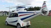 Kendati tidak bisa terbang seperti pesawat sungguhan, tampilan Tata Nano ala helikopter ini sukses mencuri perhatian dan menghibur para warga sekitar. Foto: Pool (RushLane)