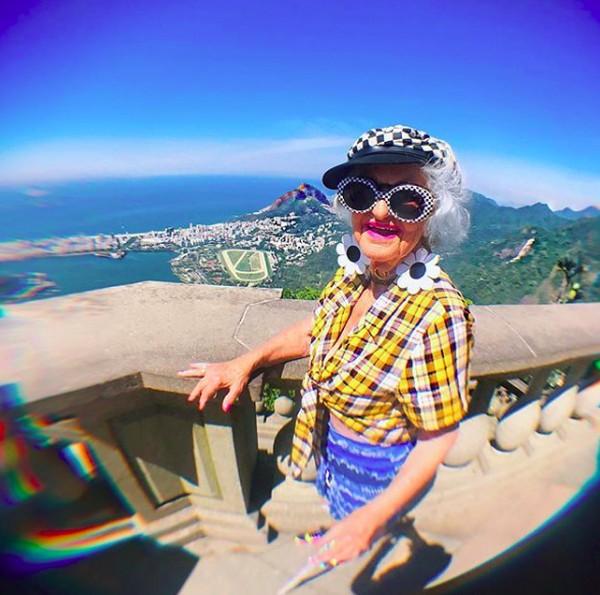 Senyum lebarnya saat menikmati Rio de Janeiro, Brasil dari ketinggian. (baddiewinkle/Instagram)