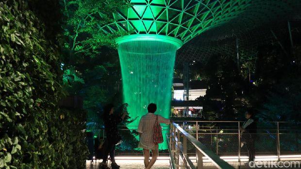 Netizen Bandingkan Air Terjun Dadakan Bekasi dengan Jewel Changi, Ini Faktanya