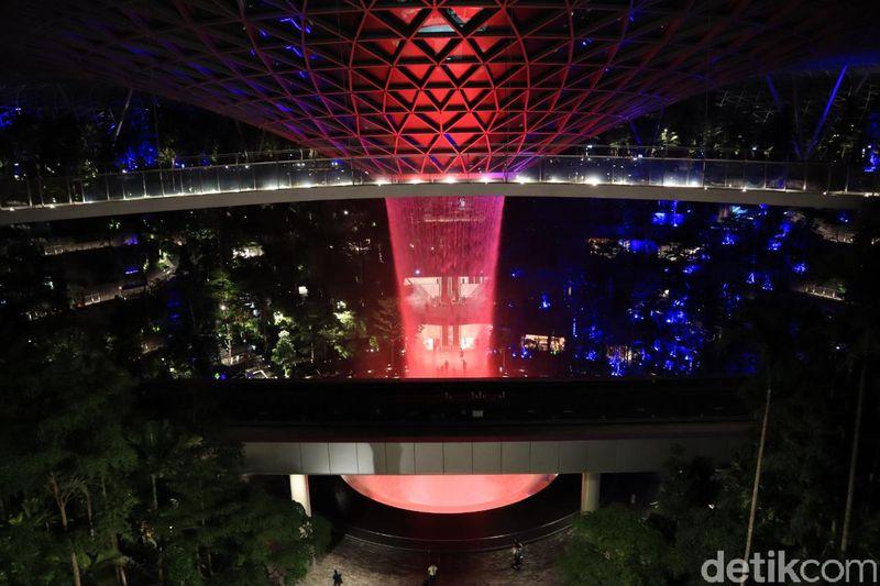 Berkunjung ke Jewel Changi tak cukup hanya saat terang, tapi juga di malam hari. Soalnya, Jewel Changi punya suasana berbeda di malam hari (Randy/detikcom)