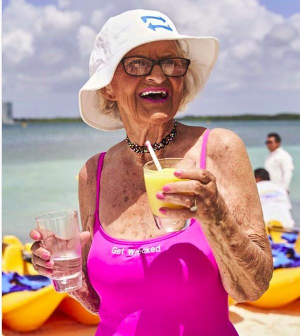 Saat berkunjung ke Meksiko, nenek gaul ini berfoto di kawasan NIZUC Resort & Spa, hotel bintang 5. (baddiewinkle/Instagram)