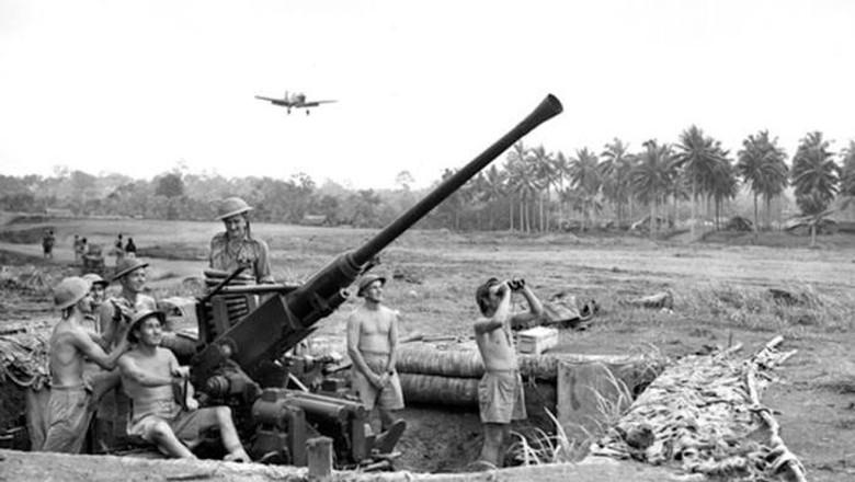Tentara sekutu di Jayapura saat Perang Pasifik (Australian War Memorial)