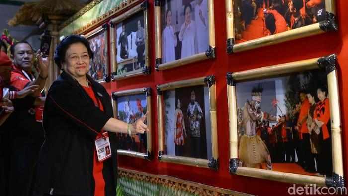 Ketua Umum DPP PDI Perjuangan Megawati Soekarnoputri menyempatkan waktunya untuk memantau dan melihat-lihat berbagai foto yang dipamerkan. Foto dipamerkan di lobi Inna Grand Bali Beach Hotel, Sanur, Denpasar, Jumat (9/8/2019) malam. Pameran foto itu bertema Kepemimpinan dan Kerakyatan Bersama PDI Perjuangan. Kegiatan itu sendiri bisa terjadi atas kerja sama DPP PDI Perjuangan dengan Komunitas Pewarta Indonesia. Sebanyak 300 foto terbaik yang menggambarkan kepemimpinan dan kedekatan PDI Perjuangan dengan masyarakat didaftarkan. Foto-foto itu lalu diseleksi dan tersisa 25 foto yang dipamerkan.