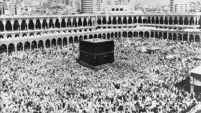 Melaksanakan ibadah haji merupakan salah satu rukun Islam yang dilaksanakan umat Muslim di dunia. Seperti apa potret perjalanan haji umat Muslim di masa lalu?