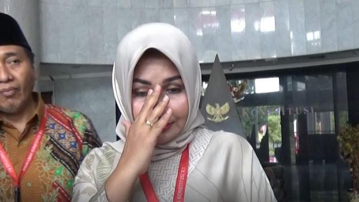Foto: Evi Apita Maya menangis usai mendengar putusan MK (dwi/detikcom)
