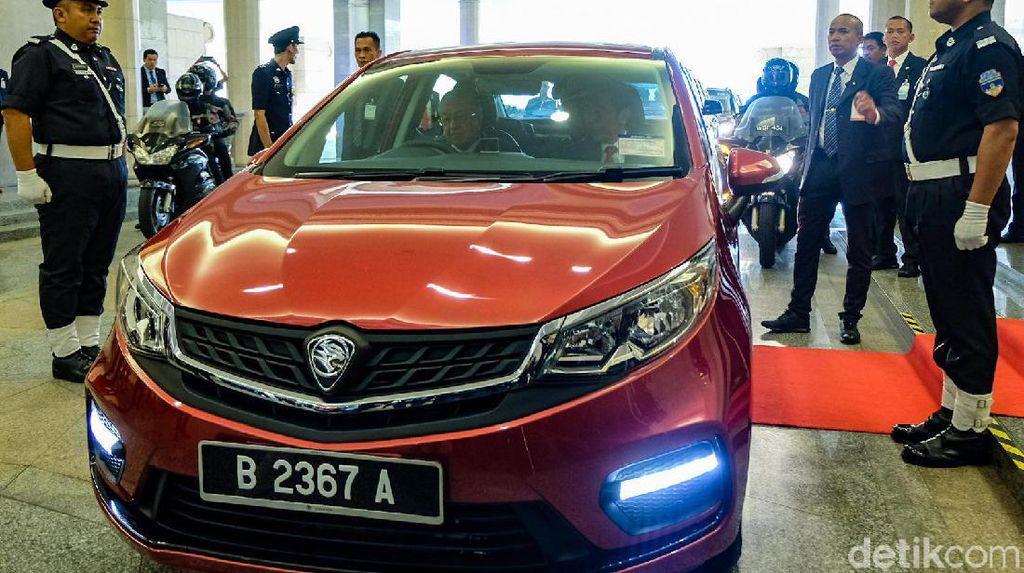 Saat Jokowi Disopiri Mahathir karena Tak Berani Nyetir Mobil Lagi
