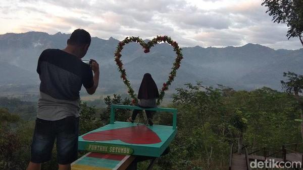 Traveler dari Punthuk Setumbu ini bisa melihat keindahan Merapi dari kejauhan dan Candi Borobudur. Kemudian, bisa melihat keindahan gereja ayam. (Eko Susanto/detikcom)