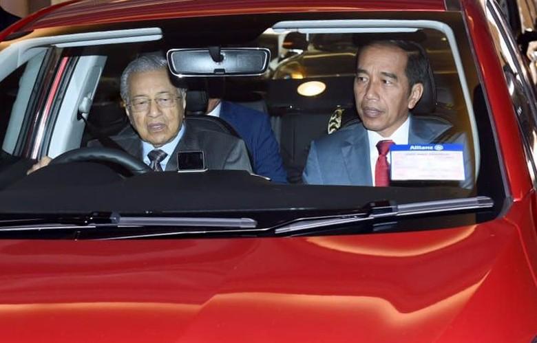 Jokowi saat disopiri Mahathir Mohamad. Foto: BPMI Setpres/Muchlis Jr