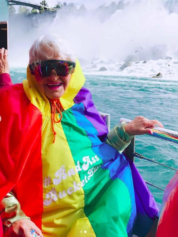 Lihatlah gayanya saat menikmati Air Terjun Niagara. (baddiewinkle/Instagram)