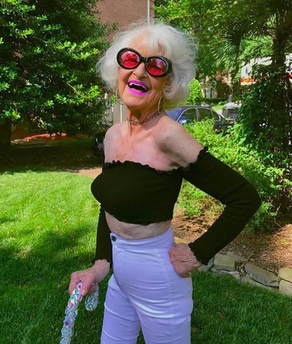 Tidak seperti nenek-nenek pada umunya, Helen Van Winkle punya gaya berbeda dan menjadi selebgram. Dia suka memakai baju nyentrik dan difollow oleh 3,8 juta orang di Instagram. (baddiewinkle/Instagram)