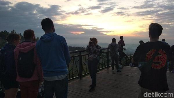 Destinasi ini menjadi tempat favorit bagi wisman dan wisnus untuk melihat matahari terbit. (Eko Susanto/detikcom)