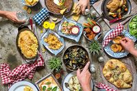 5 Negara Ini Punya Aturan Makan dan Minum yang Aneh