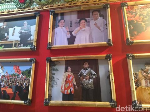 Ketua Umum PDIP Megawati Soekarnoputri meninjau pameran foto di area Kongres V PDIP.