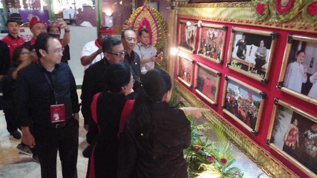 Megawati didampingi Prananda Prabowo dan Puan Maharani.