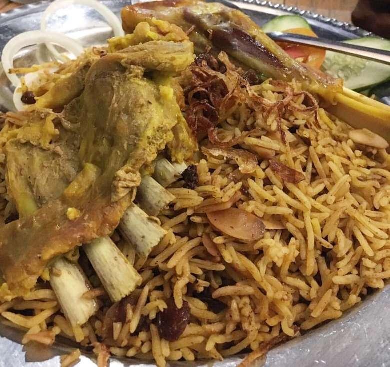 Berbeda dengan nasi kebuli yang pekat rempahnya, nasi mandi khas Arab lebih ringan bumbunya. Rasanya tetap gurih empuk. Foto : Instagram @manameishospie