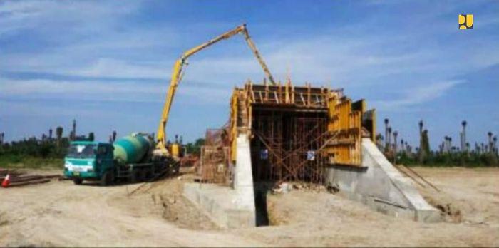 Kementerian Pekerjaan Umum dan Perumahan Rakyat (PUPR) juga tengah menyelesaikan pembangunan Jalan Tol Kuala Tanjung-Tebing Tinggi-Parapat untuk permudah akes dari Medan ke Kawasan Pariwisata Strategis Nasional (KSPN) Danau Toba. Pool/Kementerian PUPR.