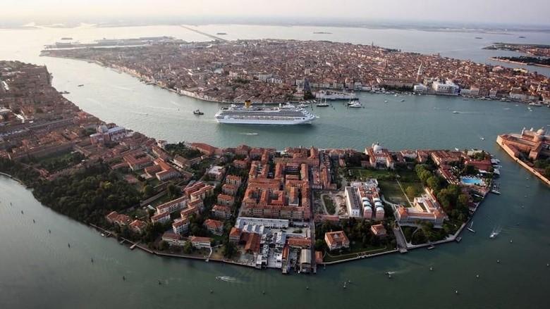 Kapal pesiar besar melewati kota apung Venesiaa, Italia (CNN)
