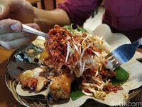 Pedes Krenyes Nikmatnya Ayam Geprek Sambal Tauge