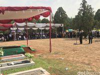 Dipimpin Mendag, Cosmas Batubara Dimakamkan di TMP Kalibata Secara Militer