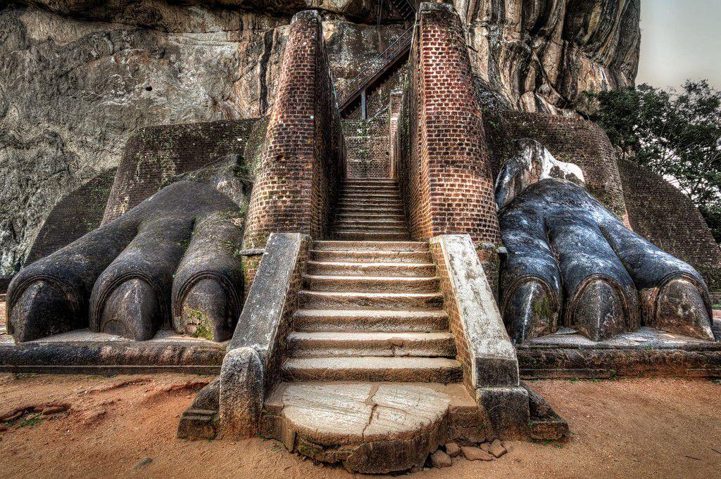 Lion Rock, Sigiriya, Sri Lanka. Lion Rock berusia 1.500 tahun memiliki tinggi 660 kaki dan jumlah anak tangga sebanyak 1.200 langkah. Foto: via Brainberries